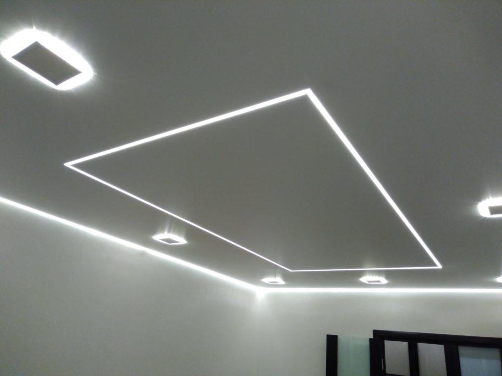 Парящие, контурные потолки и световые линии